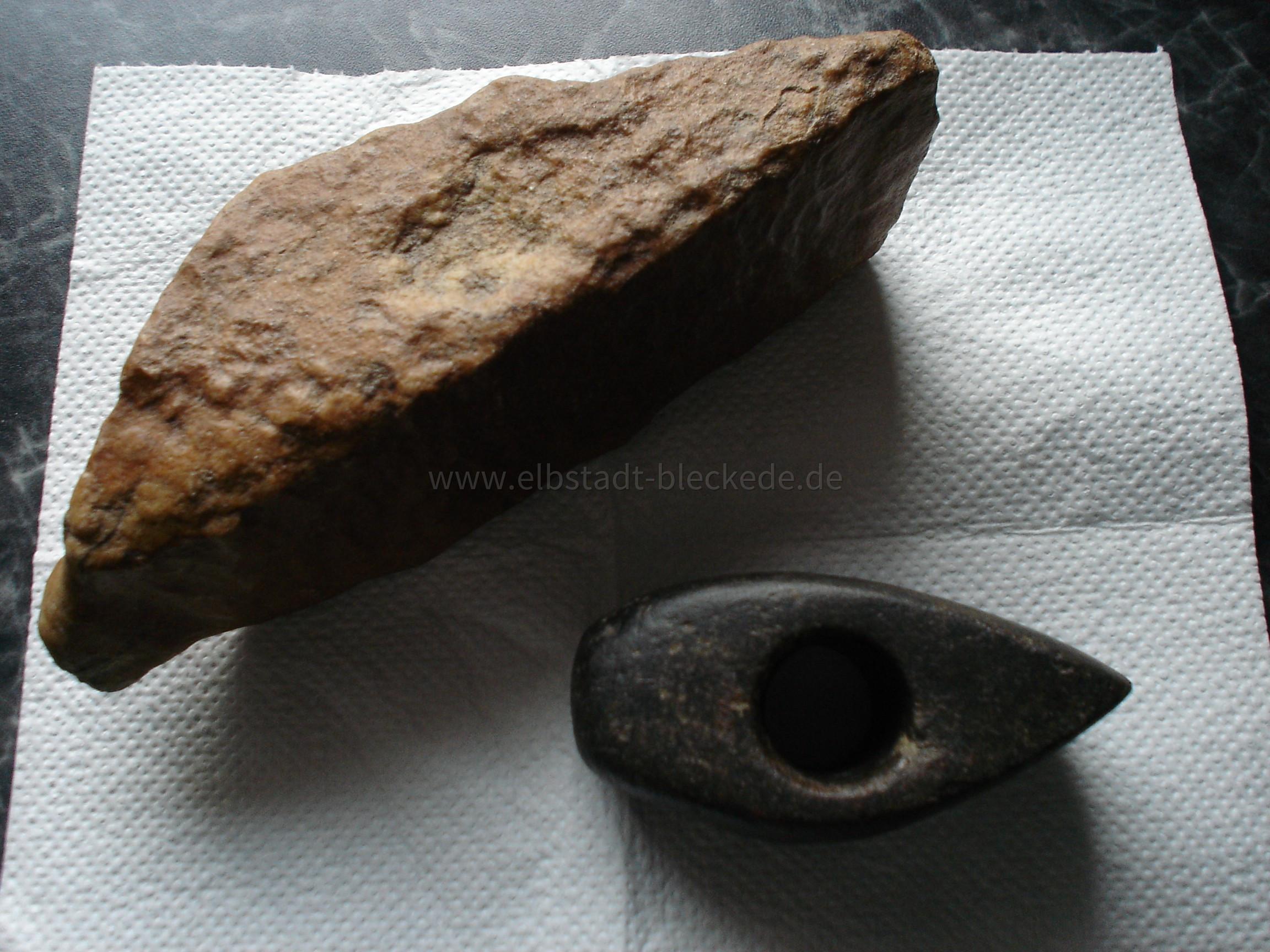 Steinzeitbeil und Steinzeitbeilrohling ca. 6000 jahre alt.