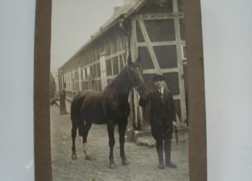 Heinrich Tippe aus Göddingen vor seinem Elternhaus