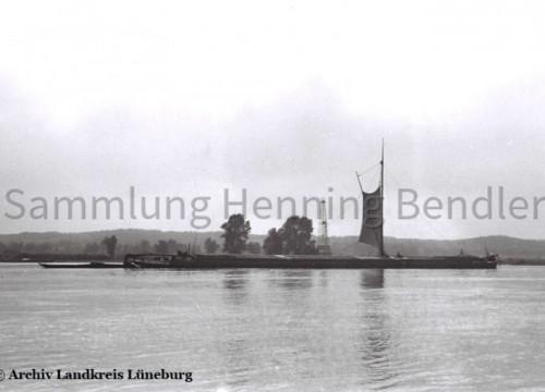 Frachter mit Segeln - Hintergrund Bohrturm