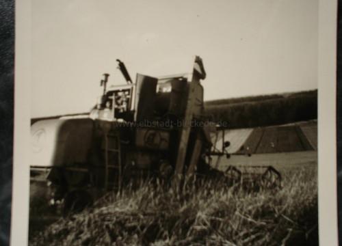 Getreideernte auf dem Feld von H.Kröpke am Loogsberg oberhalb der Bahnstrecke nach Alt Garge mit dem SF1 von Claas.