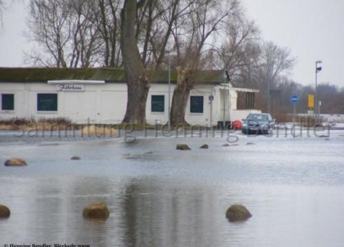 Hochwasser 2009 - Fährhaus mit PKW