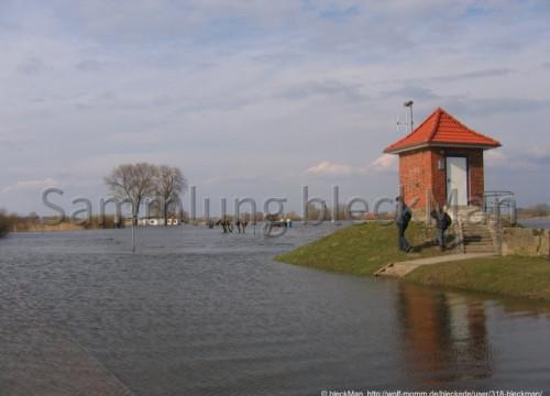 Fährhaus und Pegelhäuschen von Elbwasser umspült